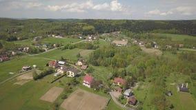 Panorama fr?n en sikt f?r ?ga f?r f?gel` s Centraleuropa: staden eller byn lokaliseras bland de gr?na kullarna tempererat klimat  lager videofilmer