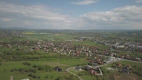 Panorama fr?n en sikt f?r ?ga f?r f?gel` s Centraleuropa: staden eller byn lokaliseras bland de gr?na kullarna tempererat klimat  arkivfilmer