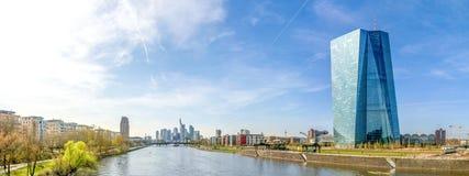 Panorama Frankfurt - f.m. - strömförsörjning, horisont och ECB Arkivfoton