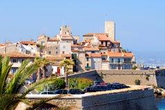 Panorama Frankreichs Antibes von schönen Wällen und von Dorf stockfoto