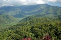 Panorama fumeux de montagnes images stock