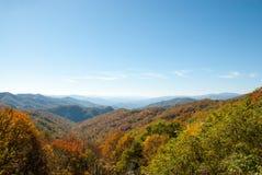 Panorama fumoso di caduta della montagna Fotografia Stock