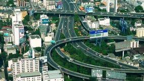 Panorama futuristico di vista aerea di paesaggio urbano con le automobili che passano strada principale Bangkok, Tailandia archivi video