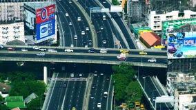 Panorama futuristico di vista aerea di paesaggio urbano con le automobili che passano strada principale Bangkok, Tailandia video d archivio
