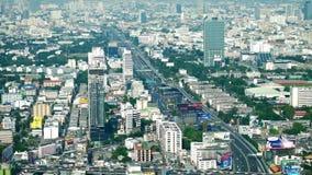 Panorama futuristico di vista aerea di paesaggio urbano con le automobili che passano strada principale Bangkok, Tailandia stock footage