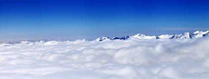 Panorama góry pod chmurami przy ładnym słońce dniem Obrazy Stock