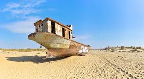 panorama Gammalt skepp i den Aral öknen, bakre sikt Arkivfoton