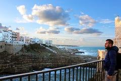 Panorama- gata längs det litoralt arkivfoto