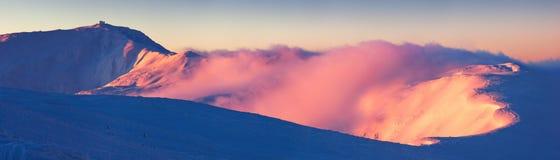 Panorama-Gebirgszug auf einem Wintermorgen Stockfotos