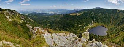 Panorama gigante de las montañas con el lago Imagen de archivo libre de regalías