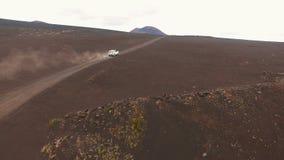 Panorama Giri della jeep sulla strada Terra rossa, Russia selvaggia video d archivio