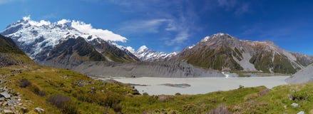 Panorama glacial del lago hooker con el cocinero del soporte en la distancia fotografía de archivo