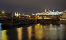 panorama Gränsmärkedragningslandskap i Prague: Prague slott, katolskt helgon Vitus Cathedral och Vltava flod - Tjeckien fotografering för bildbyråer