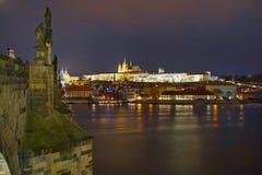 panorama Gränsmärkedragningslandskap i Prague: Prague slott, katolskt helgon Vitus Cathedral och Vltava flod - Tjeckien royaltyfri foto