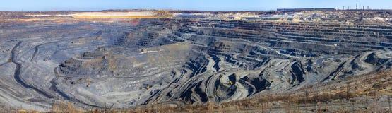 Panorama gran mina de mineral de hierro de la carrera fotos de archivo