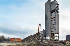 Panorama grandangolare di demolizione della costruzione con l'escavatore idraulico Fotografia Stock