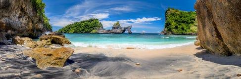 Panorama grande da praia tropical idílico com ilha pequena e agua potável perfeita dos azuis celestes imagens de stock