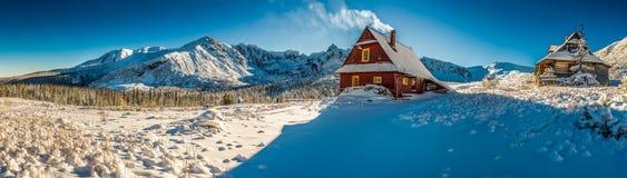 Panorama grande de la pequeña cabaña de la montaña en un amanecer del invierno Imágenes de archivo libres de regalías