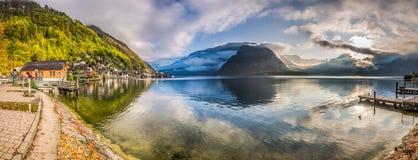 Panorama grande do lago da montanha nos cumes Fotografia de Stock Royalty Free