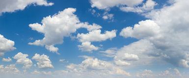 Panorama grande do tamanho do céu azul e das nuvens brancas, dia ensolarado Fotos de Stock Royalty Free