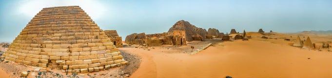 Panorama grande en la alta resolución de las pirámides en Meroe imagen de archivo