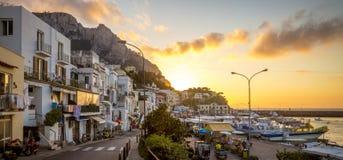 Panorama Grande na Capri wyspie przy zmierzchem Marina, Włochy Fotografia Stock