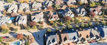 Panorama- grannskap för ny utveckling för bästa sikt bostads- i Cedar Hill på morgonnedgångljus royaltyfri foto