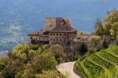 Panorama Grodowy Thurnstein między zielonym krajobrazem Meran Tirol wioska, Gubernialny Bolzano, Po?udniowy Tyrol, W?ochy zdjęcie royalty free