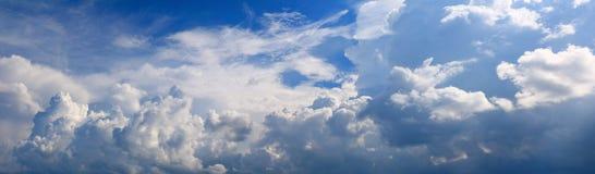Panorama- härlig bakgrund för himmel- och molnsommartid arkivbild