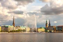 Panorama-Hamburg-Stadtzentrum mit Rathaus und einem Brunnen Stockfotografie