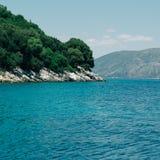 Panorama- havslandskap Kefalonia Grekland arkivbild