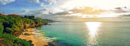 Panorama- havssikt med den pittoreska stranden på solnedgången royaltyfri foto
