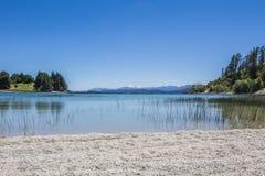 Panorama hermoso con la visión sobre el lago Caminando aventura adentro Imagenes de archivo