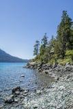 Panorama hermoso con la visión sobre el lago Caminando aventura adentro Imágenes de archivo libres de regalías