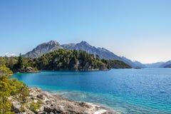 Panorama hermoso con la visión sobre el lago Caminando aventura adentro Imagen de archivo