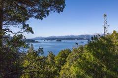 Panorama hermoso con la visión sobre el lago Caminando aventura adentro Fotos de archivo libres de regalías