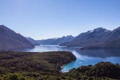 Panorama hermoso con la visión sobre el lago Caminando aventura adentro Foto de archivo libre de regalías