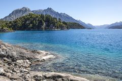 Panorama hermoso con la visión sobre el lago Caminando aventura adentro Fotografía de archivo