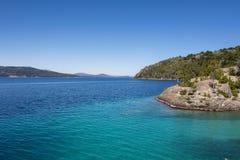Panorama hermoso con la visión sobre el lago Caminando aventura adentro Imagen de archivo libre de regalías