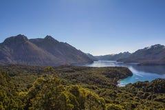 Panorama hermoso con la visión sobre el lago Caminando aventura adentro Fotos de archivo