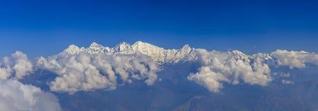 Panorama hermoso de altas montañas fotos de archivo