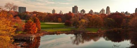 Panorama hermoso de la caída en Central Park. Imagenes de archivo