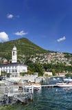 Panorama hermoso de la ciudad de Cernobbio, en la orilla del lago Como Fotografía de archivo libre de regalías