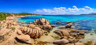 Panorama hermoso de la costa costa del océano en Costa Smeralda, Cerdeña Imagen de archivo libre de regalías