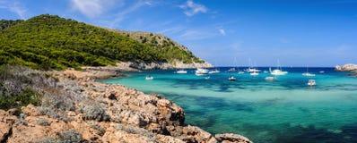 Panorama hermoso de la costa costa del mar Mediterráneo Imágenes de archivo libres de regalías
