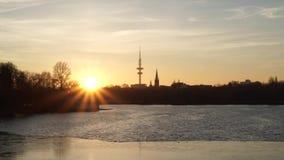 Panorama hermoso de la llamarada del sol de la puesta del sol en el río almacen de metraje de vídeo