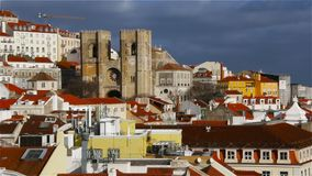 Panorama hermoso de la parte central de Lisboa Vista de la catedral almacen de video