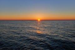 Panorama hermoso de la puesta del sol en el mar Foto de archivo libre de regalías
