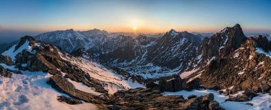 Panorama hermoso de montañas en la puesta del sol Fotos de archivo libres de regalías