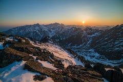 Panorama hermoso de montañas en la puesta del sol Imagenes de archivo